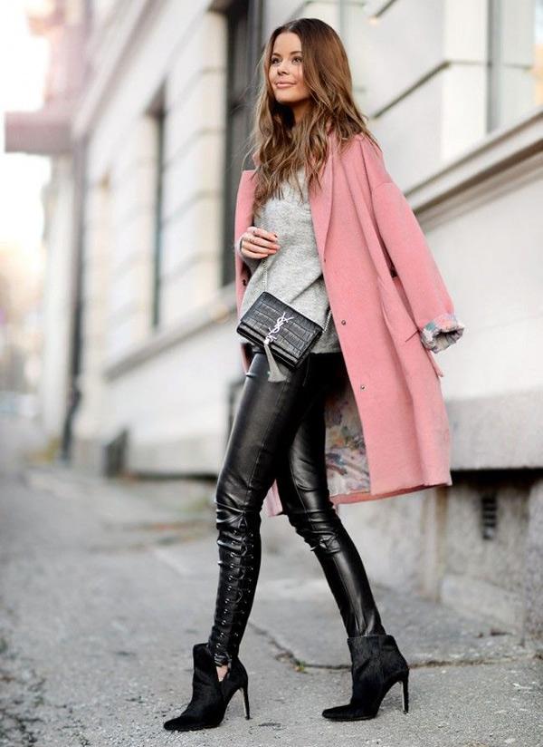 Черные брюки из кожи с розовым пальто