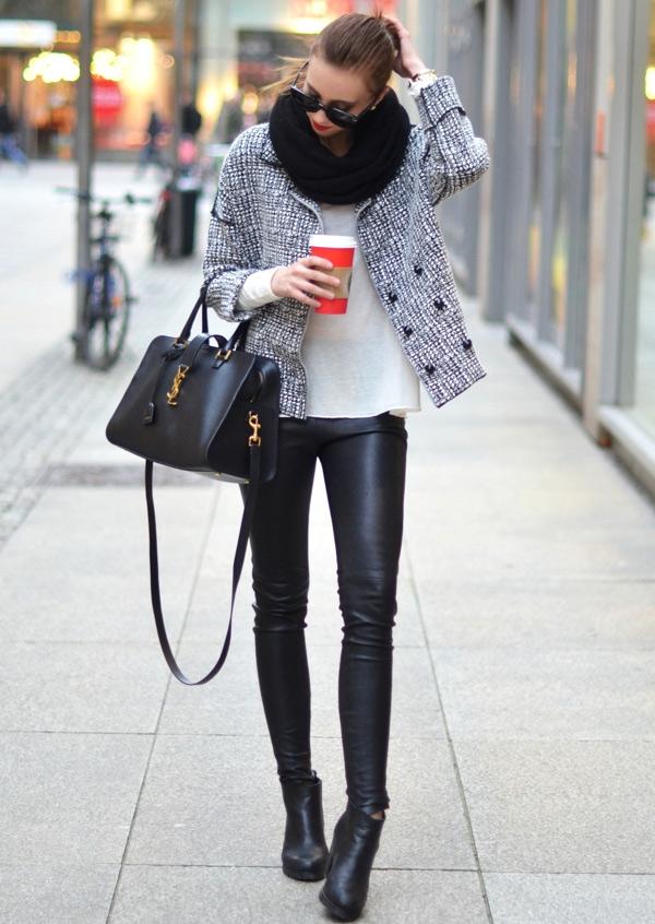 Черные кожаные брюки с серым жакетом и шарфом